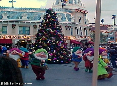 Seven Dwarfs And Christmas Tree Float
